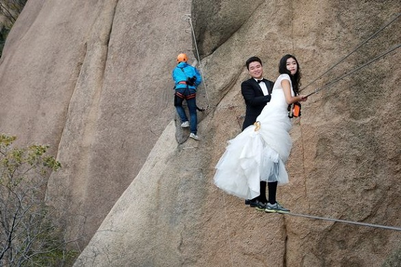 PROD-Newlywed-Couple-Poses-For-Wedding-Photos-On-Cliff-Face-In-Zhumadian (1)